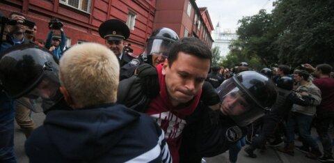 ВИДЕО | В Москве на акции протеста жестко задержан оппозиционер Яшин, одного из задержанных полиция избила в автозаке