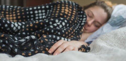 GRAAFIK | Kui suur seos on riikide rikkuse ja inimeste unetundide vahel? Ja kui palju und me üleüldse vajame?