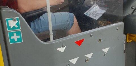 ФОТО читателя Delfi: Еще один водитель автобуса с телефоном за рулем