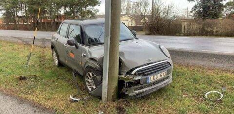 Совершивший аварию на каршеринговой машине Citybee водитель возмутился, что Mini Cooper заносит на сухом асфальте