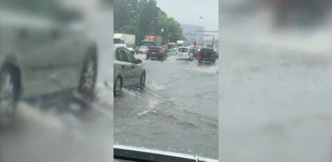 ВИДЕО читателя RusDelfi | Мустамяэ затопило, вода бьет фонтаном из канализации