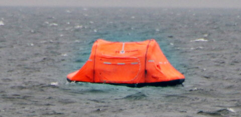 ФОТО И ВИДЕО: У побережья в Пирита замечен спасательный плот. Что случилось?