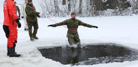 Военнослужащие Скаутского батальона учились выживать в ледяной воде