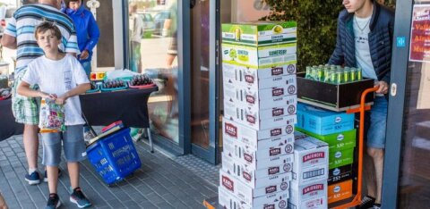 ФОТО и ВИДЕО: Где же народ закупается перед Яановым днем? Ну конечно же — в Латвии!