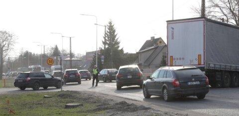 ФОТО: На Палдиском шоссе грузовик увяз в щебенке, что привело к образованию пробки