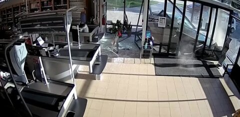 ВИДЕО   Перепутала педали: как 64-летняя женщина на авто врезалась в магазин Grossi