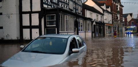ВИДЕО | Один из самых мощных в истории: новый шторм привел в Британии к первым жертвам