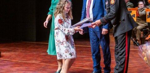 ФОТО   Спасательный департамент наградил знаками отличия 112 человек. Самому младшему 11 лет