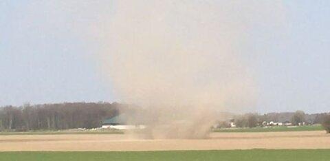 ВИДЕО: Близ Раквере свирепствовал пыльный дьявол