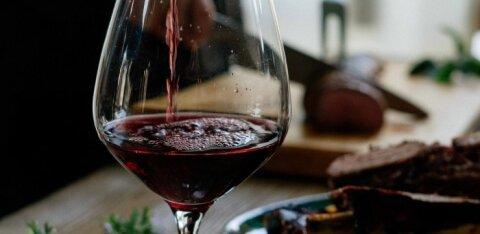 Veiniekspert soovitab: milliseid Eesti käsitööveine ja -siidreid valida jõululauale?