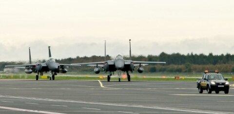 Российский чиновник поздравил мужчин с 23 февраля открыткой с самолетом НАТО