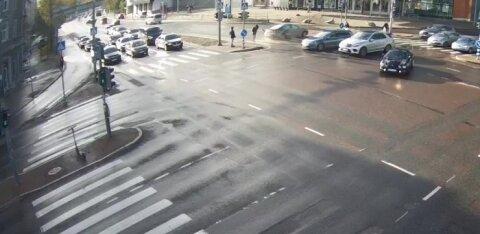 VIDEO | Juht sõidab keelava tulega ristmikule