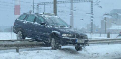 ФОТО ЧИТАТЕЛЯ | В центре Таллинна молодой человек на BMW приземлился на дорожный барьер