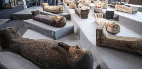 Древние саркофаги и папирус из Книги мертвых обнаружили археологи в Египте