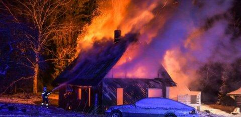 ФОТО: В Вильяндимаа открытым пламенем полыхал дом