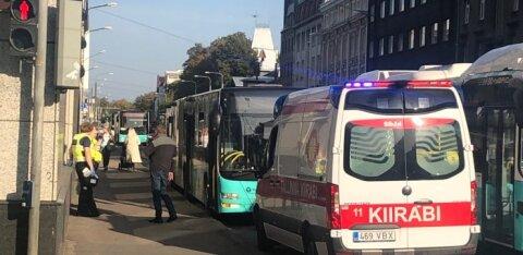 FOTO | Buss tegi Tallinna kesklinnas äkkpidurduse, üks reisija viidi haiglasse