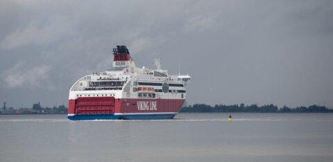С владельцев грузовиков требуют крупный залог для оплаты спасательных работ на севшем на мель судне Viking Line