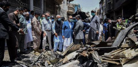 """Авиакатастрофа в Пакистане: """"Вокруг себя я видел лишь огонь"""". История выжившего"""