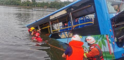 В Китае автобус со школьниками упал в водохранилище: 21 погибший, 15 пострадавших