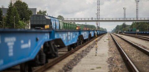 Автомобиль врезался в поезд на переезде в Кохтла-Ярве