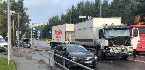 ФОТО читателя | Грузовик и легковой автомобиль столкнулись на выезде из Таллинна