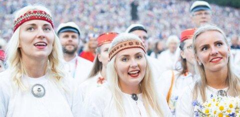 Наставники творческих коллективов, участвующих в Празднике песни и танца, начнут получать пособие на оплату труда