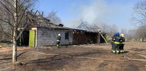 ФОТО: В Ярвекюла открытым пламенем полыхало здание