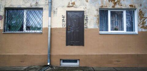 ФОТОНОВОСТЬ | Одинокая дверь — это действительно вход в подъезд в Кохтла-Ярве?