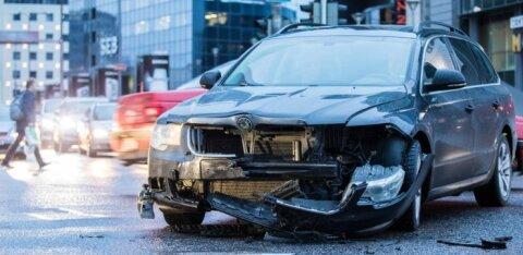 ФОТО: Авария у торгового центра Stockmann спровоцировала пробку