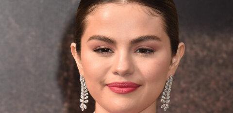 FOTO | Laulja ja näitleja Selena Gomez näitab, kuidas kanda selle talve kõige mõnusamat mantlitrendi