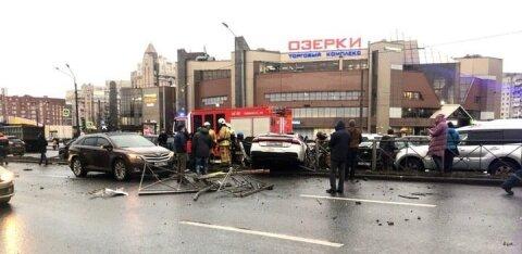 ВИДЕО | В Санкт-Петербурге девушка взяла Audi на тест-драйв и устроила ДТП с 10 машинами, снесены ограда и светофор