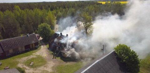 ФОТО | Пожар полностью уничтожил крышу жилого дома