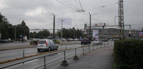 У торгового центра Кристийне автомобиль сбил на переходе молодую женщину