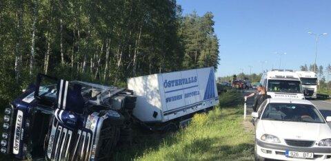ФОТО | На Таллиннской окружной дороге столкнулись грузовик и погрузчик, пострадали оба водителя