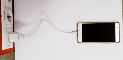 Ohtlik! Turvaekspert paljastab põhjuse, miks ei tohi telefoni mitte kunagi lennujaamade laadimispunktides laadida