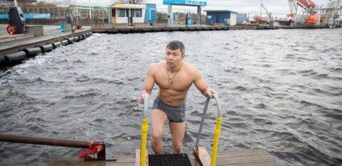 FOTOD | Õigeusklikud suplesid jäises meres, teiste seas ka linnapea Kõlvart