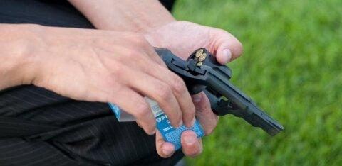 В Виймси пьяный мужчина с маленьким сыном разъезжал на квадроцикле по частной земле и угрожал хозяину стартовым пистолетом