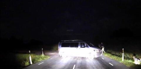 ФОТО и ВИДЕО: Банда преступников пыталась скрыться от стражей порядка и протаранила полицейский автобус