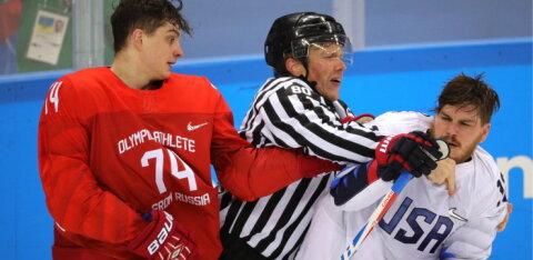 ВИДЕО: Хоккейный форвард успешно заменил вратаря