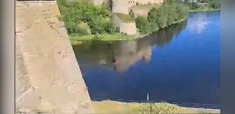ВИДЕО | По пограничной реке Нарове перемещался красный объект. Что это было?
