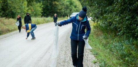ФОТО   Президент Кальюлайд занялась уборкой после Тартуского веломарафона