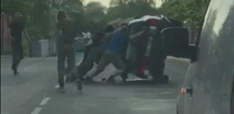 ВИДЕО: На улице Теэстузе перевернулся автомобиль, у водителя были признаки опьянения