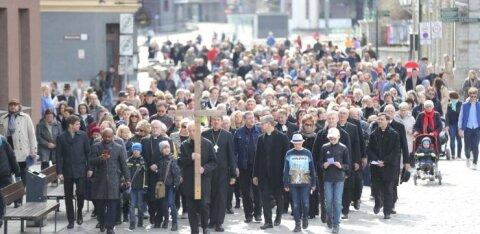 ФОТО DELFI: Католики и лютеране отметили Страстную пятницу шествием с крестом в Таллинне