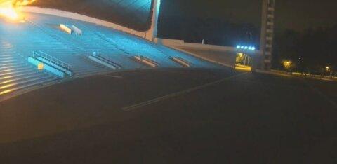 ФОТО и ВИДЕО | Ночью на Певческом поле подожгли арку. Поджигатель притворился, что тушит пожар, и сам получил ожоги