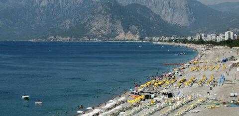 Пляжи Анталии разбили на зоны, запретили курить, ходить босиком и близко подплывать к людям