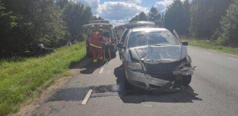 ФОТО | В Тартумаа столкнулись два автомобиля. Один из них вылетел в кювет