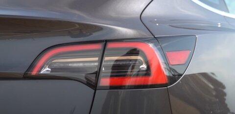 ВИДЕО   Смотри, как Tesla на автопилоте уклоняется от летящего колеса