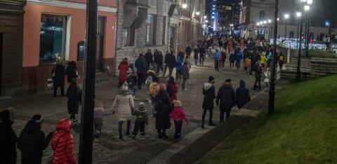 ФОТО DELFI | Что происходит? В разгар коронавируса в Старом Таллинне толпы людей