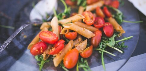 Теплый салат с макаронами, моцареллой и помидорами