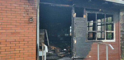 ФОТО: В Нарва-Йыэсуу сгорел дом при православном храме. В поджоге подозревают священника
